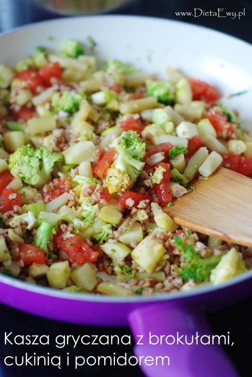 Kasza gryczana z brokułami, cukinią i pomidorem