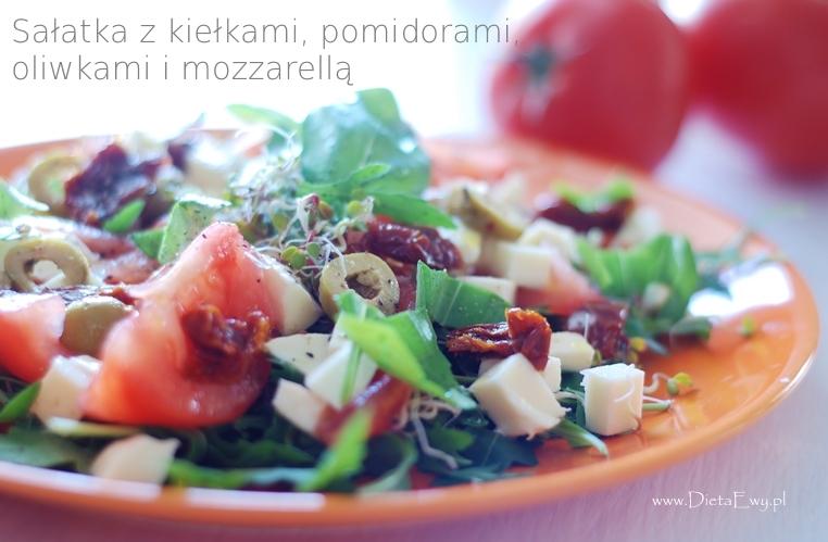 Sałatka z kiełkami, pomidorami, oliwkami i mozzarellą
