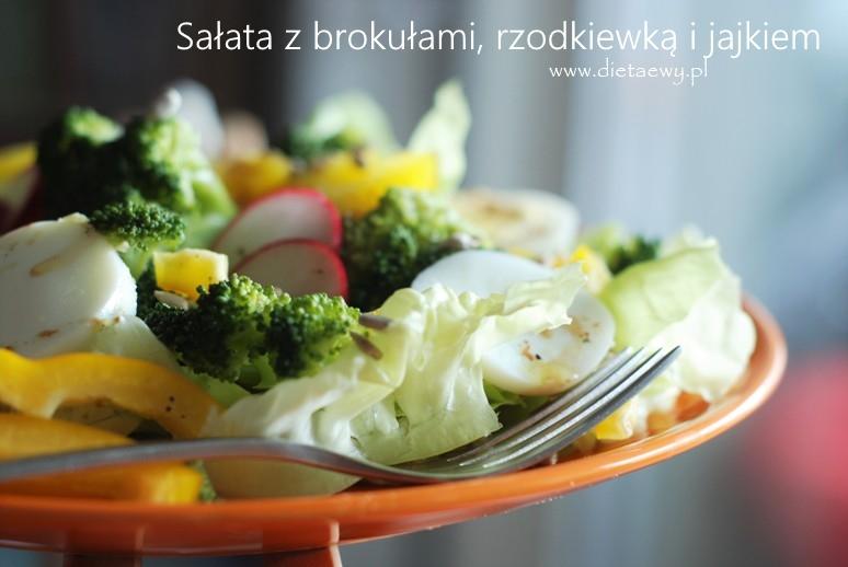 Sałata z brokułami, rzodkiewką i jajkiem